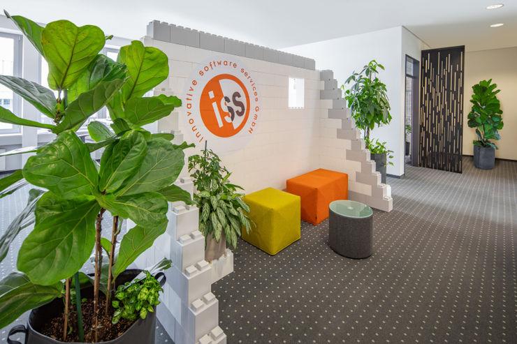 Empfangsbereich im Start-up Stil Kaldma Interiors - Interior Design aus Karlsruhe Ausgefallene Bürogebäude