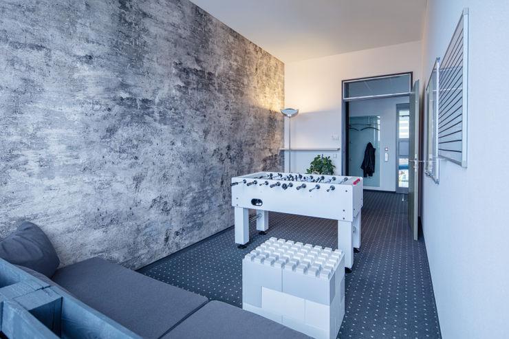 Stand-up Meeting Raum Kaldma Interiors - Interior Design aus Karlsruhe Ausgefallene Bürogebäude