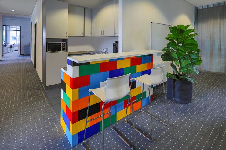 Office Küche mit Lego-Theke Kaldma Interiors - Interior Design aus Karlsruhe Ausgefallene Bürogebäude
