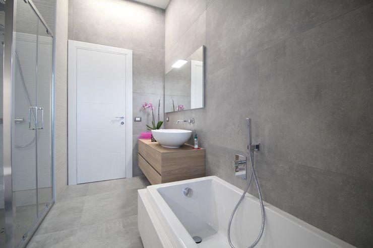 Bagno rinnovato con nuovi vasca e doccia Giuseppe Rappa & Angelo M. Castiglione Bagno moderno
