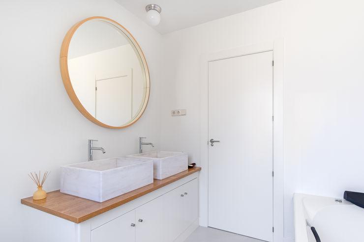 Arquigestiona Reformas S.L. Moderne Badezimmer Holz Weiß