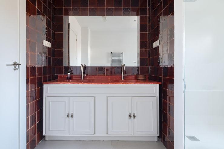 Arquigestiona Reformas S.L. Moderne Badezimmer Weiß