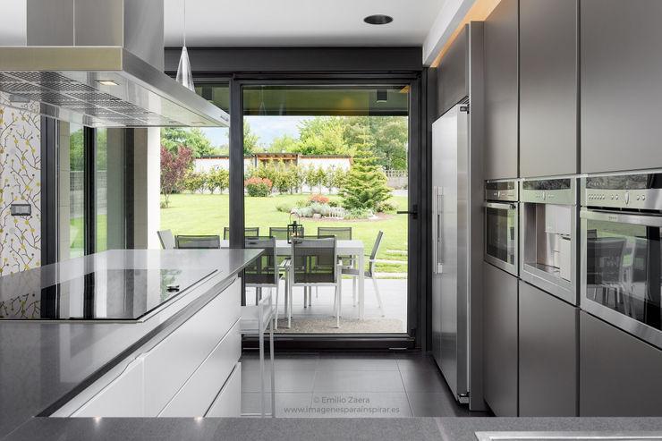 Cocina con paisaje. arQmonia estudio, Arquitectos de interior, Asturias Módulos de cocina