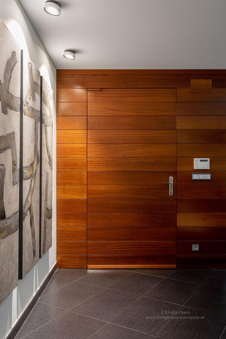 Detalle en madera. arQmonia estudio, Arquitectos de interior, Asturias Pasillos, vestíbulos y escaleras de estilo moderno