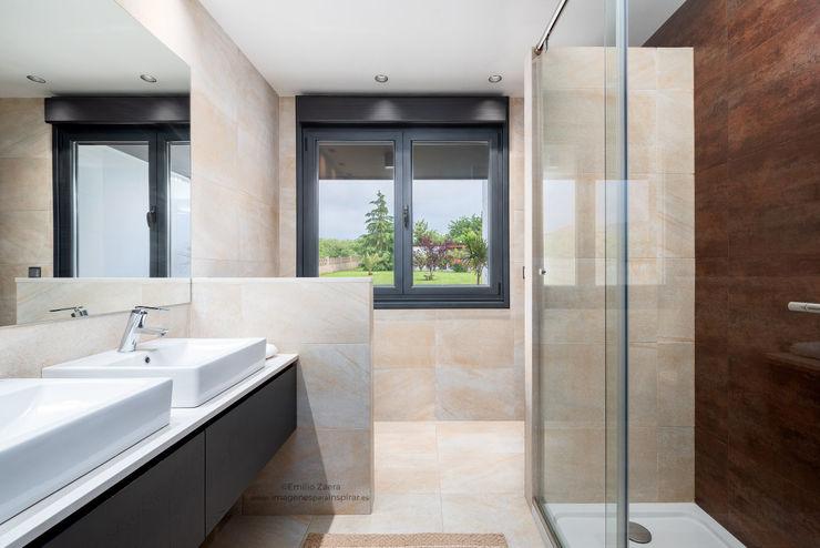 Baño con preciosa vista. arQmonia estudio, Arquitectos de interior, Asturias Baños de estilo moderno