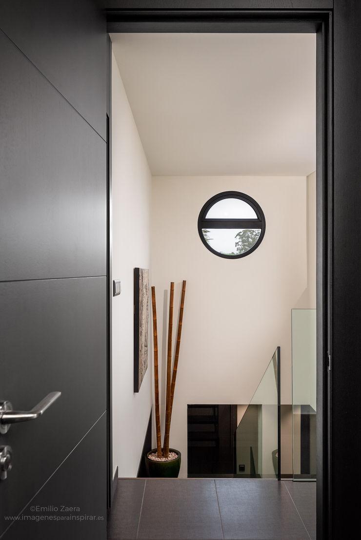Ojo de buey. arQmonia estudio, Arquitectos de interior, Asturias Pasillos, vestíbulos y escaleras de estilo moderno