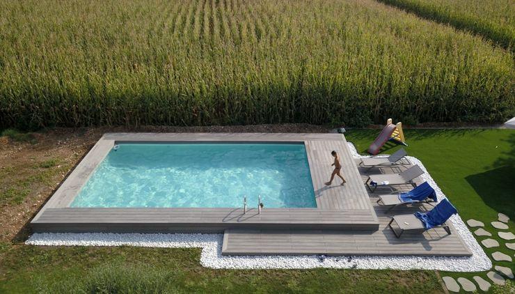 Piscina fuori terra semi-interrata, rivestita in legno o wpc. Aquazzura Piscine Giardino con piscina