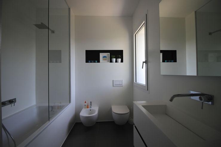 Bagno con sanitari e vasca con doccia ALFONSI ARCHITETTURA Bagno moderno