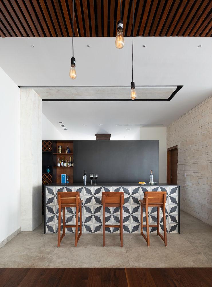 casa de la p Daniel Cota Arquitectura | Despacho de arquitectos | Cancún Modern Dining Room Tiles Black