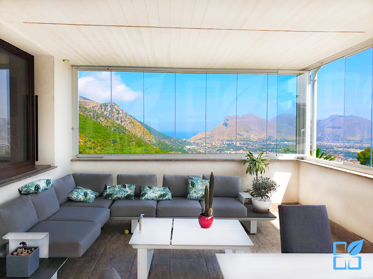 Vetrata Panoramica SEAR di Azzarello Caterina & C snc Balcone, Veranda & Terrazza in stile moderno Vetro Bianco