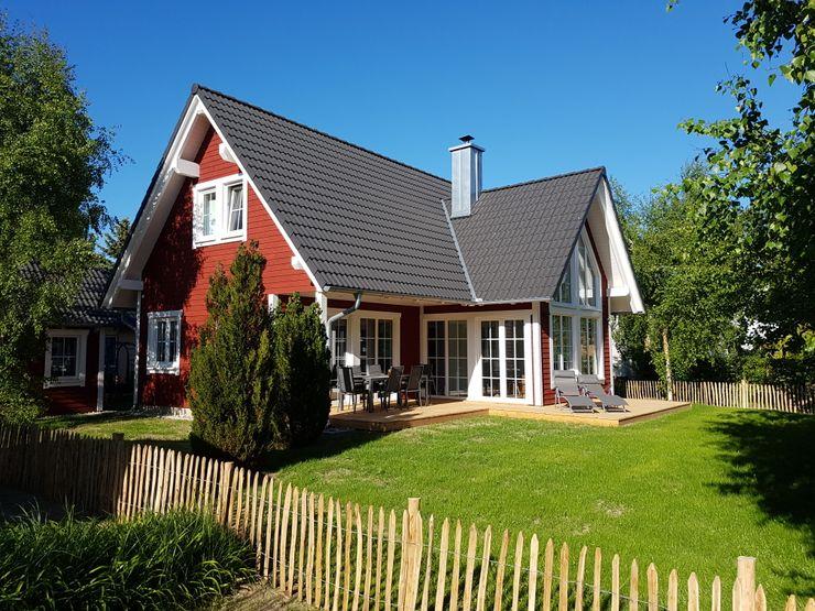 """Schwedenhaus """"Björkö"""" - Ferienhaus mit nordischem Charme homify Holzhaus Holz Rot"""