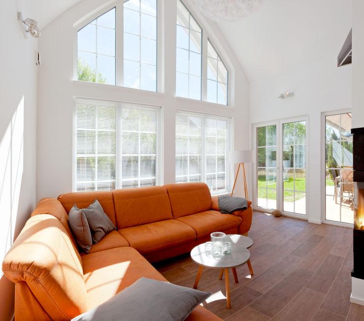 Wohnzimmer mit offener Galerie und Giebelverglasung homify Skandinavische Wohnzimmer Holz Weiß