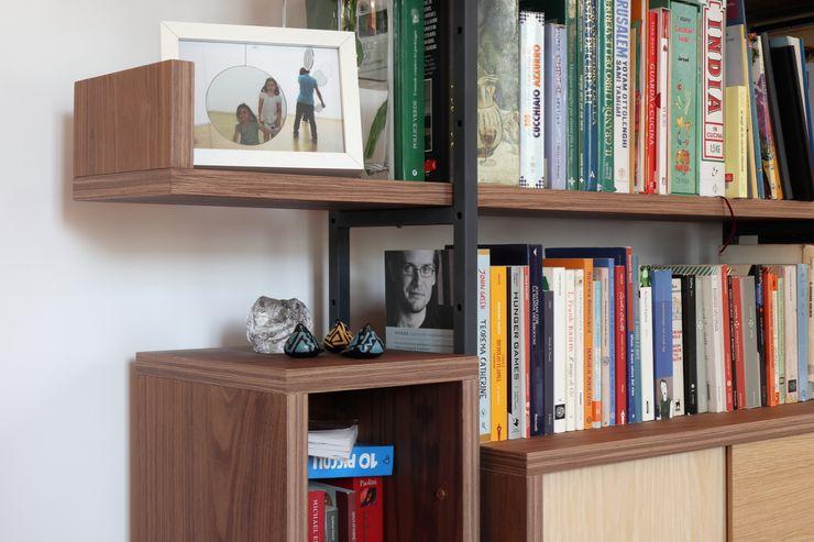 Soggiorno - dettaglio della libreria su misura Daniele Arcomano Soggiorno moderno Legno