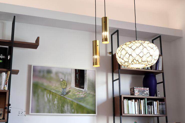 Soggiorno - dettaglio degli apparecchi illuminanti a sospensione d'epoca Daniele Arcomano Soggiorno moderno