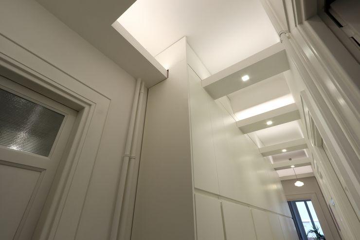 Corridoio zona notte Daniele Arcomano Ingresso, Corridoio & Scale in stile moderno Bianco