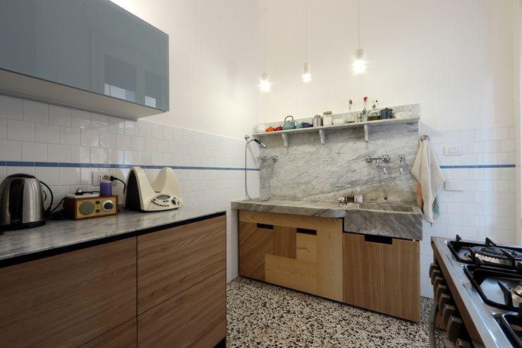 Cucina con il lavabo in marmo di Carrara esistente Daniele Arcomano Cucina attrezzata