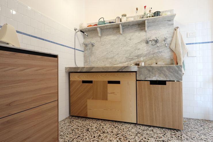 Cucina - il lavabo in marmo di Carrara con i nuovi contenitori scorrevoli su misura Daniele Arcomano Cucina attrezzata