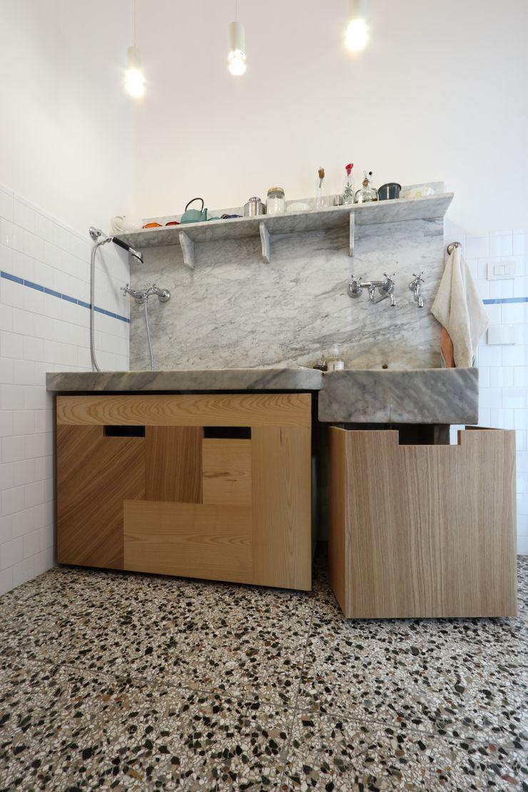 Cucina - il lavabo in marmo di Carrara con i nuovi contenitori scorrevoli su misura aperti Daniele Arcomano Cucina attrezzata