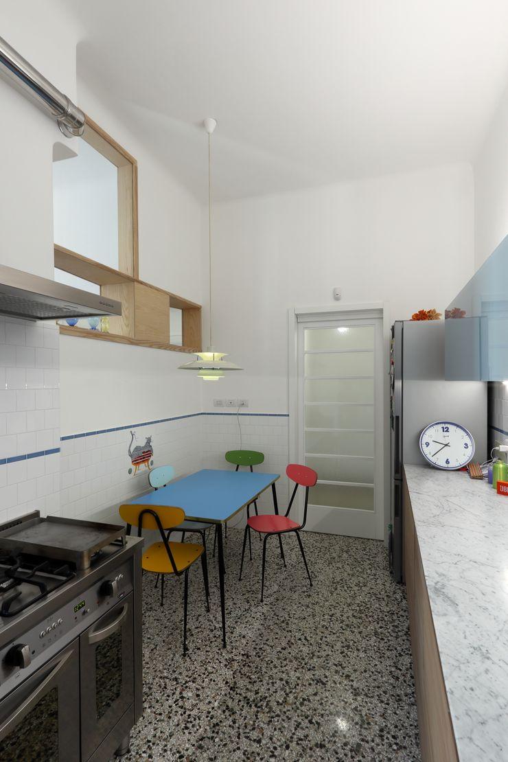 Cucina verso la porta di ingresso Daniele Arcomano Cucina attrezzata