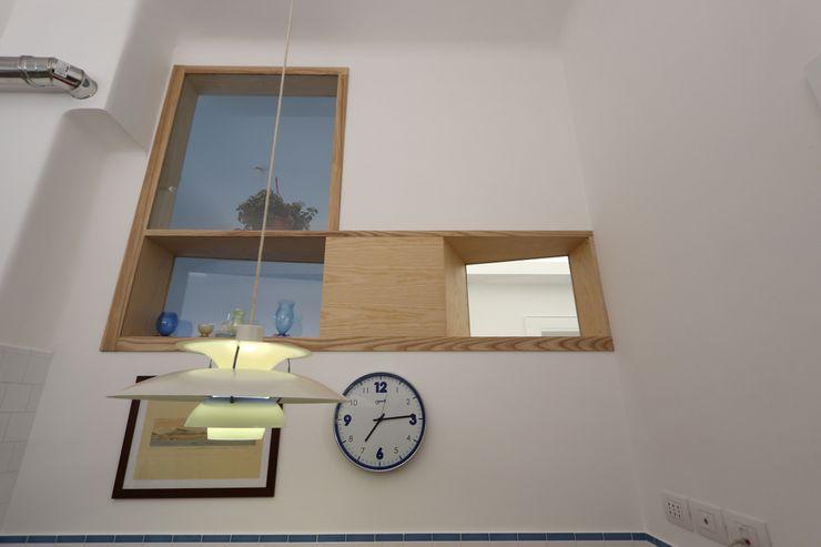 """Cucina - zona pranzo con la """"finestra"""" comunicante con l'ingresso e la stanza studio adiacente Daniele Arcomano Cucina attrezzata"""