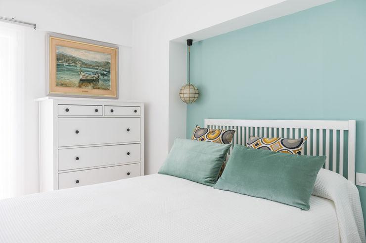 Dormitorio con vistas al mar Silvia R. Mallafré Dormitorios de estilo mediterráneo Madera Turquesa