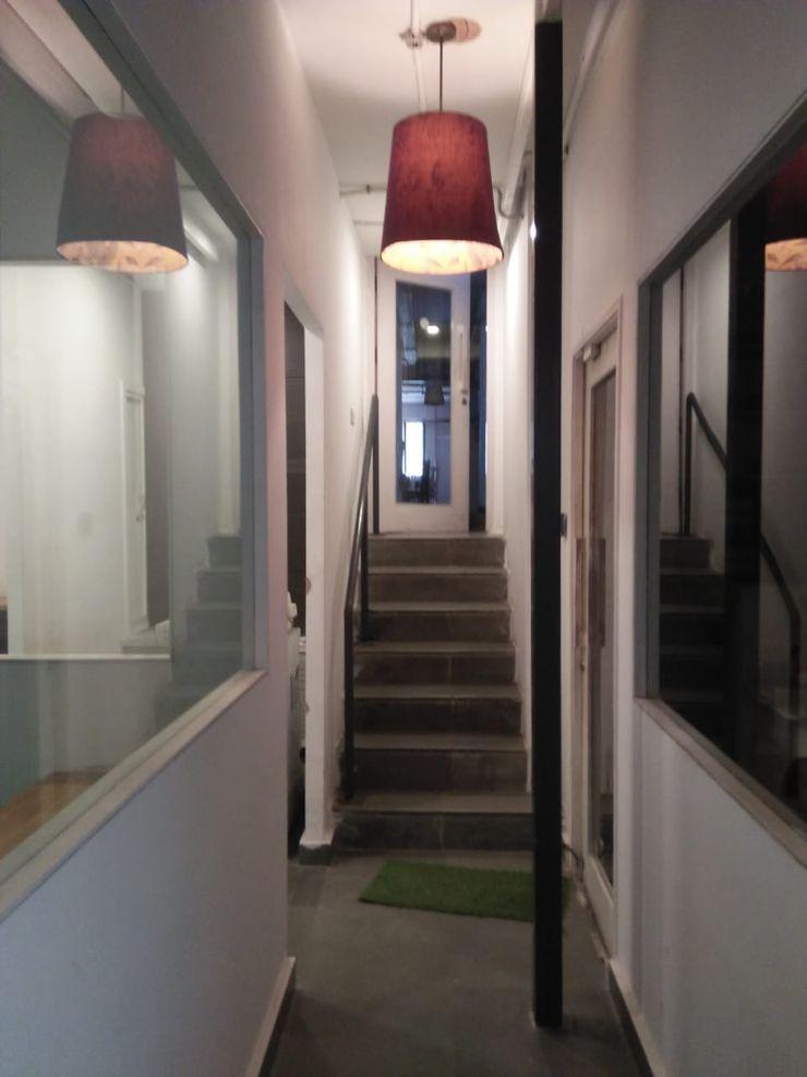 Grey-Woods Pasillos, vestíbulos y escaleras de estilo minimalista Granito Blanco