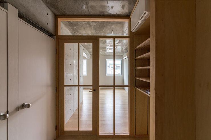 CO2WORKS Modern corridor, hallway & stairs Wood Wood effect