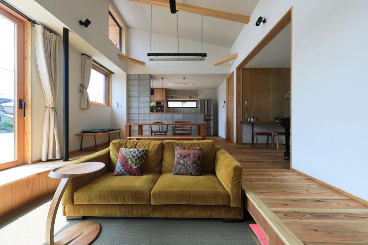 リビング ㈱ライフ建築設計事務所 モダンデザインの リビング 木