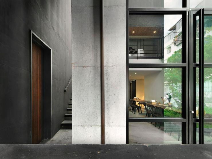 木耳生活藝術-建築暨室內設計/蒸氣少年與蛻變中的一幢房 木耳生活藝術 現代風玄關、走廊與階梯 水泥