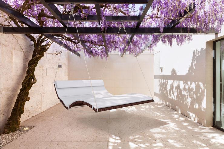 Schwebeliege Hängeliege Terrasse Außenbereich faktor holz Minimalistischer Balkon, Veranda & Terrasse