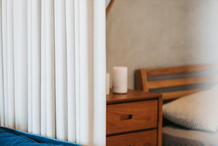 小空間的低預算整理術,巧妙的隔間簾示範|遮光布簾.捲簾 空間構成:Atelier Boter 拾五設計 MSBT 幔室布緹 小臥室 實木 Grey
