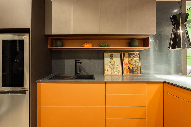 Apartamento Singular arquiteta aclaene de mello Cozinhas embutidas MDF Laranja