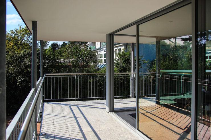 Arkadengang um Wintergarten archipur Architekten aus Wien Moderner Wintergarten Glas Grau