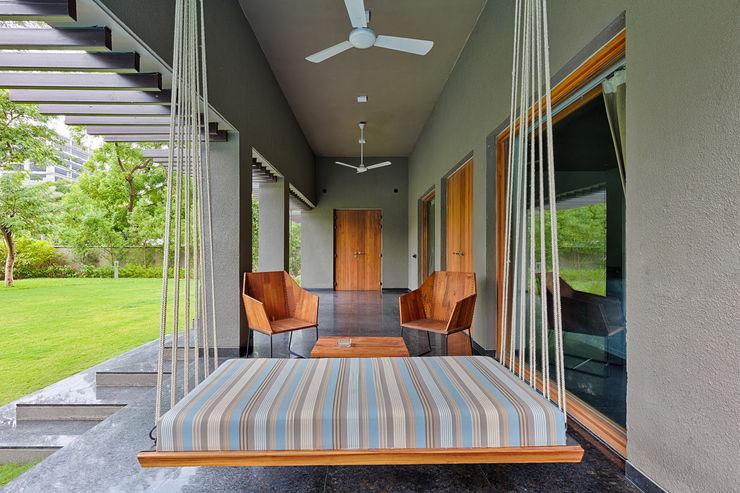 Ashok Vatika Inclined Studio Balkon Beton Grau