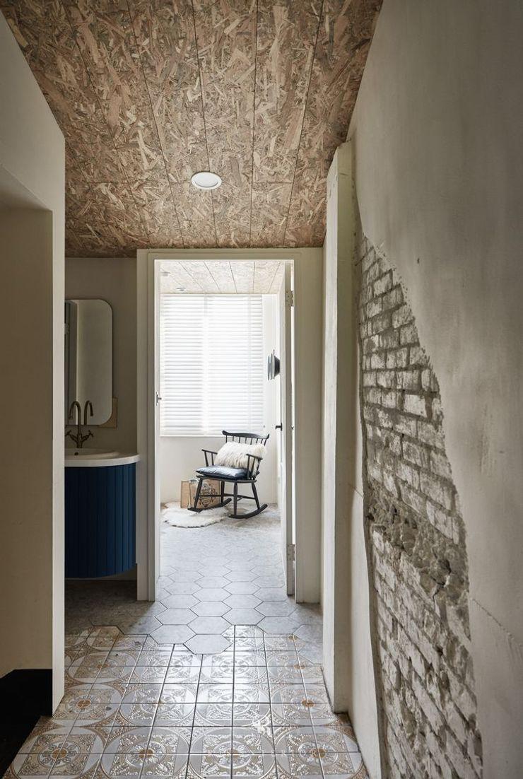 理絲室內設計 Ris Interior Design Workspace 理絲室內設計有限公司 Ris Interior Design Co., Ltd. 地中海走廊,走廊和楼梯 磚塊 Wood effect