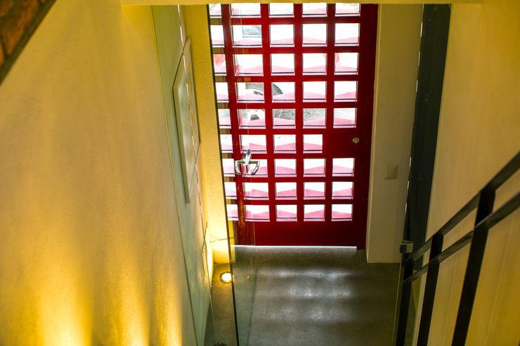 Loft de la escalera espiral roja arqflores / architect Puertas modernas