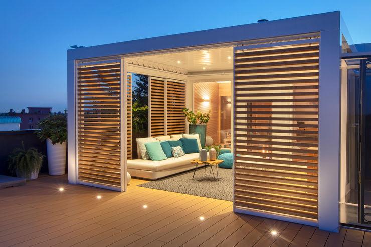 Vivere sempre all'aperto.. Brianzatende Balcone, Veranda & Terrazza in stile mediterraneo Bianco