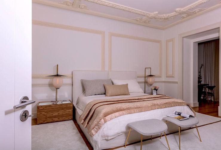 Suite com mobiliário personalizado, cores neutras, iluminação detalhada. Ambiente calmo e sereno FEMMA Interior Design Quartos modernos