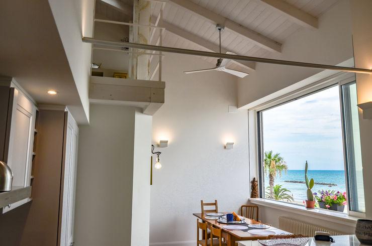 Tra mare e vecchio incasao – 90mq Studio ARCH+D Sala da pranzo moderna