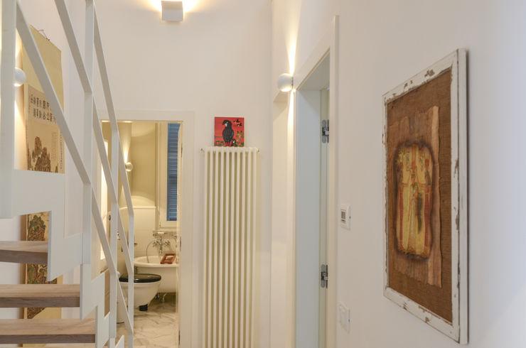 Tra mare e vecchio incasao – 90mq Studio ARCH+D Ingresso, Corridoio & Scale in stile mediterraneo