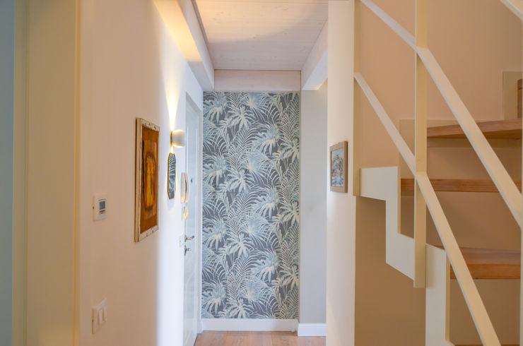 Tra mare e vecchio incasao – 90mq Studio ARCH+D Ingresso, Corridoio & Scale in stile moderno