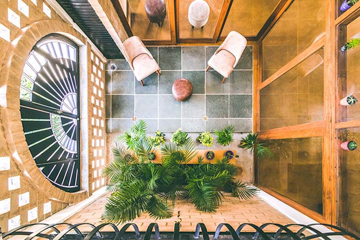Kochar's House Tropic responses Tropical style corridor, hallway & stairs