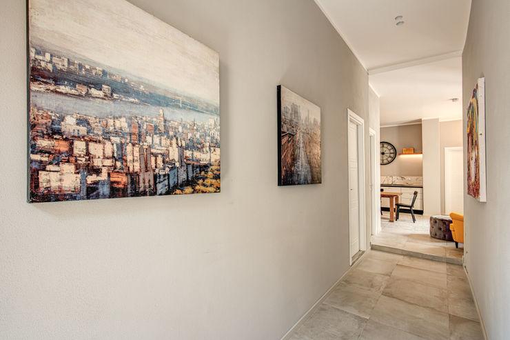 FONDERIA MOB ARCHITECTS Ingresso, Corridoio & Scale in stile moderno