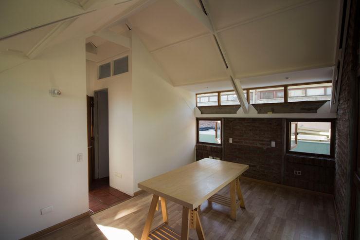 Remodelacion segundo piso, dormitorio y baño. arquitectura oficio spa Dormitorios pequeños Blanco