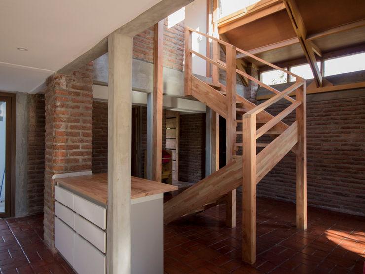 Cocina y escalera arquitectura oficio spa Escaleras Madera maciza Acabado en madera