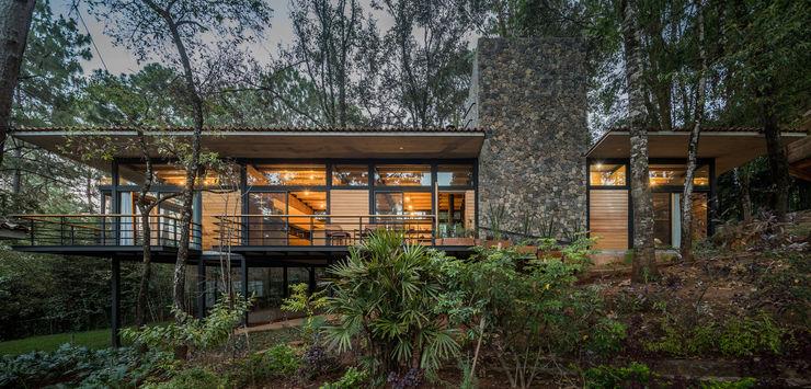 Casa en el bosque Saavedra Arquitectos Casas modernas Madera maciza Acabado en madera