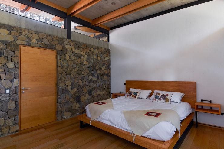 Saavedra Arquitectos Rustic style bedroom Stone
