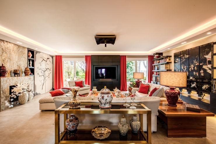 MOB ARCHITECTS Ruang Keluarga Gaya Asia