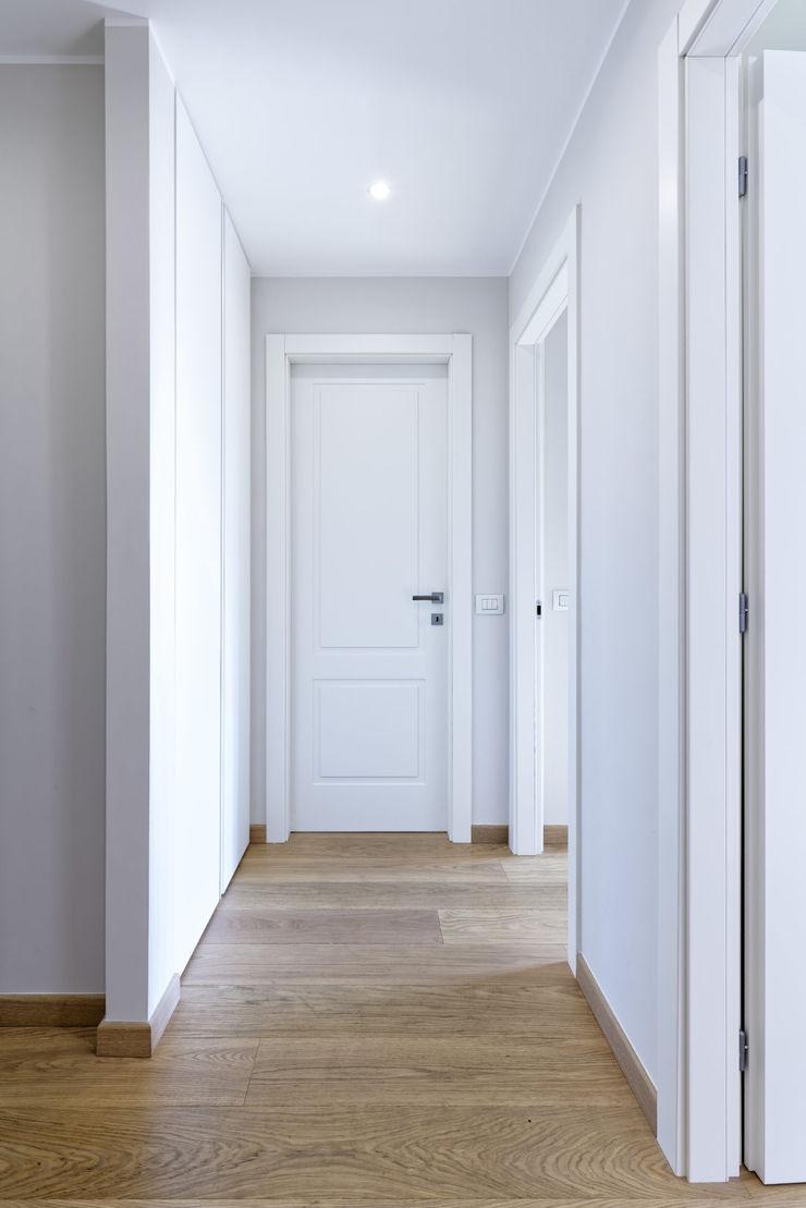 GruppoTre Architetti Modern corridor, hallway & stairs