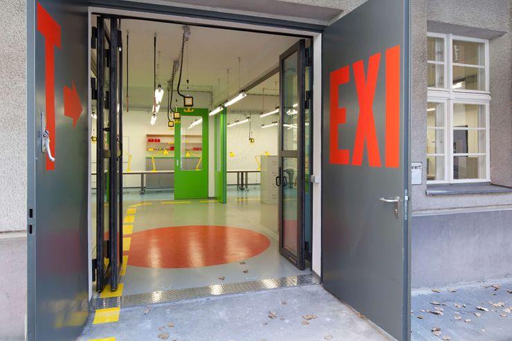 EINGANG _WERKSTATT FÜR UNBESCHAFFBARES - Innenarchitektur aus Berlin Moderne Bürogebäude